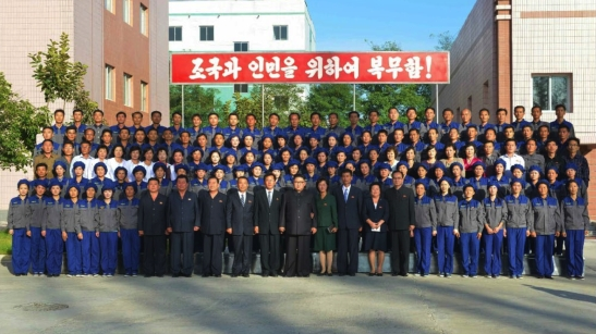 Commemorative photograph of Kim Jong Un and senior WPK officials with the managers and employees of the Mangyo'ngdae Revolutionary Site Souvenir Factory (Photo: Rodong Sinmun).