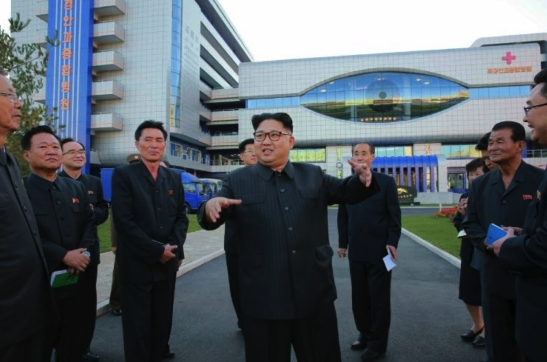 Kim Jong Un talks to senior WPK officials outside the Ryugyo'ng Opthalmic Hospital in east Pyongyang (Photo: Rodong Sinmun).