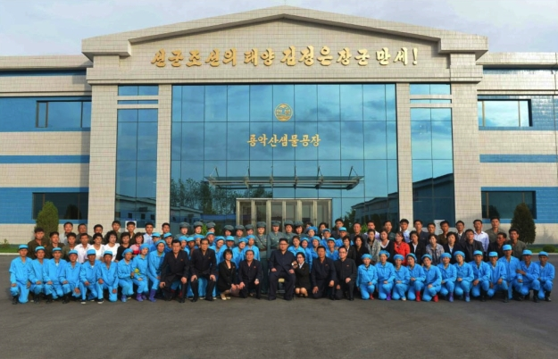 Commemorative photograph of Kim Jong Un along with managers and employees of the Ryongaksan Spring Water Factory which appeared on the top of the second page of the September 30, 2016 edition of Rodong Sinmun (Photo: Rodong Sinmun).