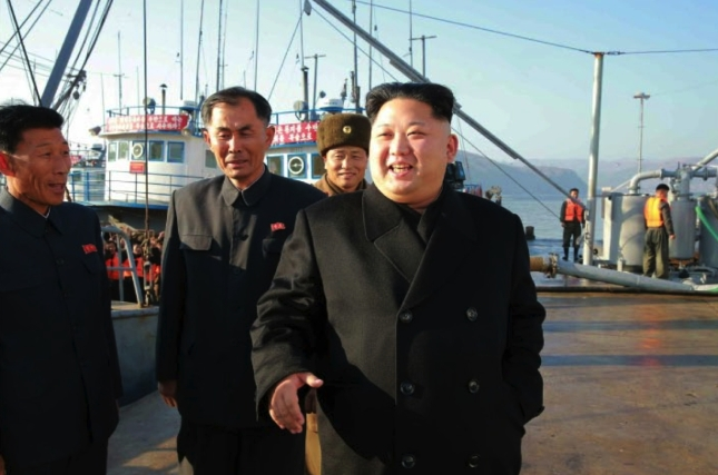 Kim Jong Un grins while touring the docks of the August 25 Fishery Station in an image seen top-center on the front page of the November 20, 2016 edition of the WPK daily organ Rodong Sinmun (Photo: Rodong Sinmun).