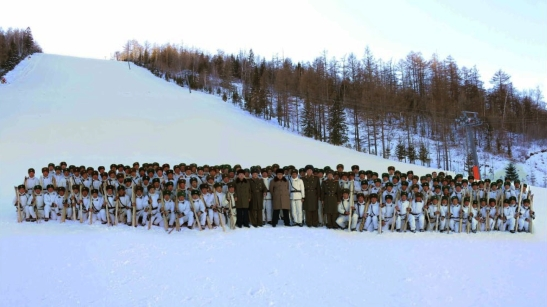 Kim Jong Un and Choe Ryong Hae pose for a commemorative photo with officers and service members of a mountain warfare infantry element subordinate to KPA Unit #1045 (Photo: Rodong Sinmun).
