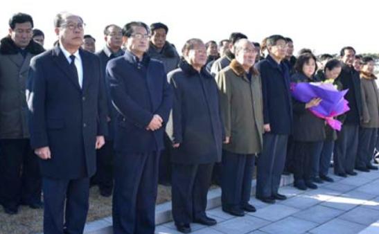 Members of Ryu's family and senior inter-Korean officials Yun Jong Ho and Pak Myong Chol attend the graveside service (Photo: KCNA).