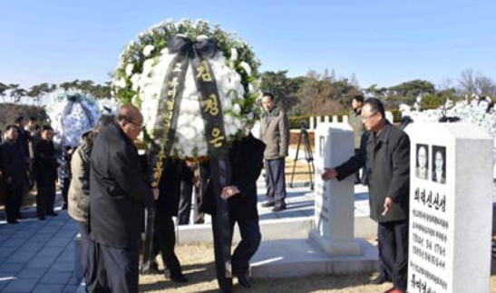 A floral wreath from Kim Jong Un is placed next to Ryu Mi Yong's and Choe Tok Sin's grave (Photo: KCNA).